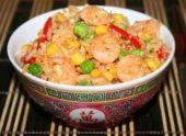 Необычный рис, приготовленный с овощами, яйцом и креветками