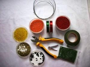 Бисер понадобится красного, оранжевого (для лепестков), желтого (для тычинок и пестика) цветов, черная рубка...