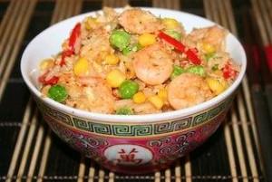 Необычный рис, приготовленный с овощами, яйцом и креветками. Рецепт