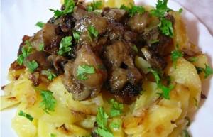 Приготовленный картофель с маслятами. Рецепт