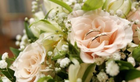 свадебные кольца на букете роз