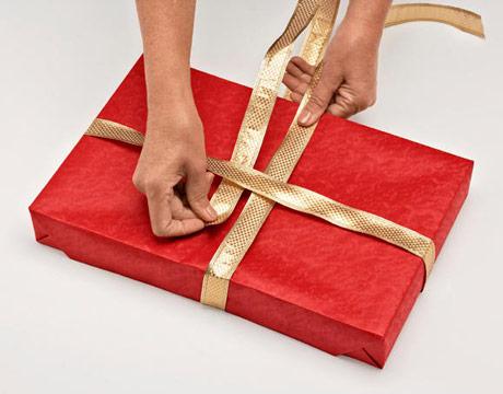 как завязать бант на коробке с подарком