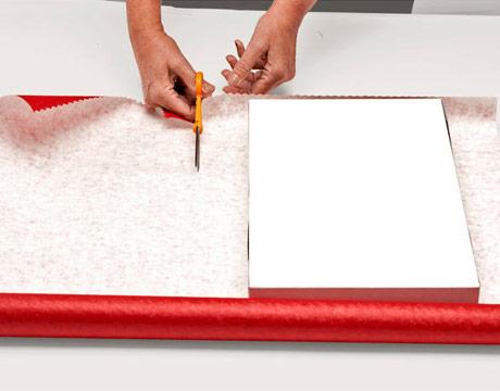 упаковка подарка в оберточную бумагу