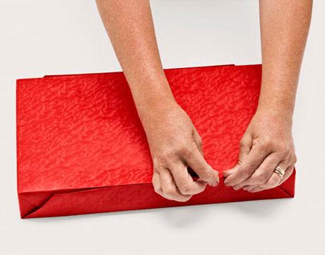 как аккуратно обернуть подарок в бумагу