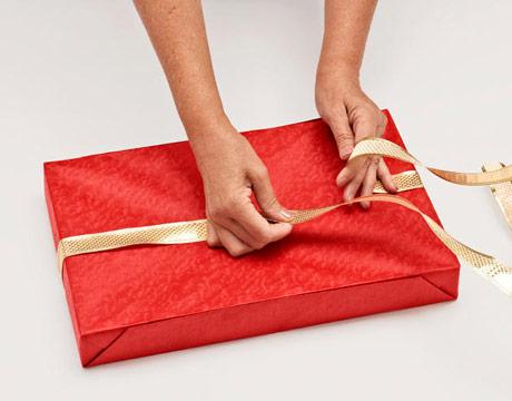 как сделать бант на коробке с подарком