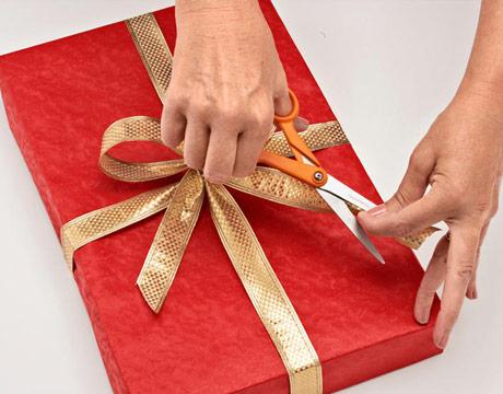 как сделать бант с хвостиками на подарке