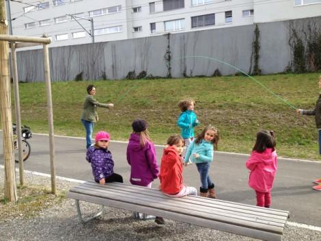 учите детей играть на улице