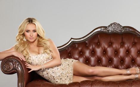 Женщину на диване