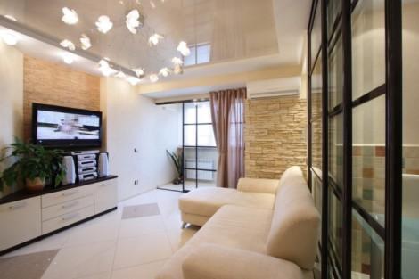 Лаковые потолки в гостиной
